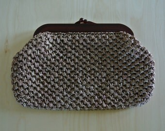 1960s Clutch Taupe Colored Woven Straw with Brown Lucite Kiss Lock Handle by Magid