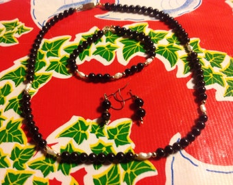 Vintage black onyx and freshwater pearl beaded necklace, bracelet, and earrings