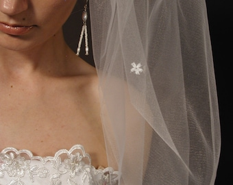 "Wedding veil. Bridal veil with scattered daisies. Past elbow bridal veil 34"" length with scattered daisies."