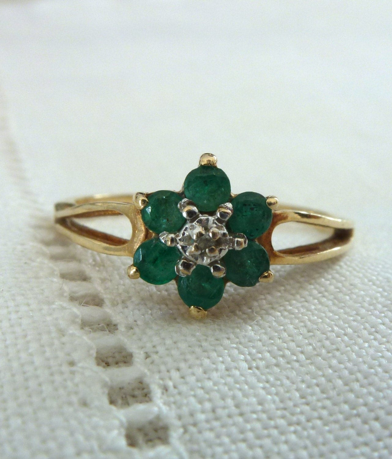 a emerald and flower ring in 14kt yellow gold