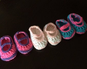 Crochet baby maryjane shoes.