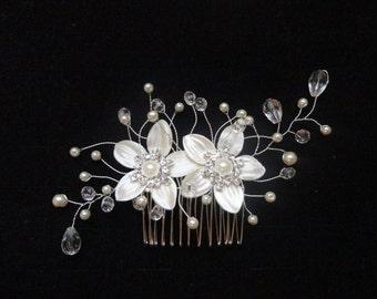 Bridal hair comb white flowers rhinestone wedding, bride, headpiece head peigne de mariée mariage fleurs de satin blanches