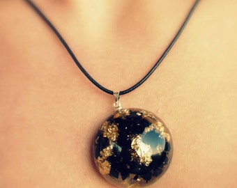 Resin necklace of gold and carbon particles