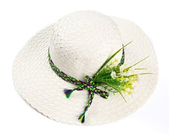Custom hats , Straw hat for women , Off white hat decorated with a bouquet of daisies.