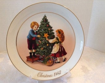 """Vintage  1982 Avon Christmas  Plate """"Keeping The Christmas Tradition"""" Second Edition"""