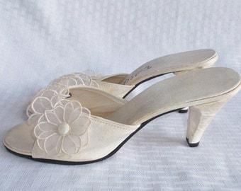 1950's Vintage White with Flowers Slipper Shoes by Daniel Green Size 5 1/2