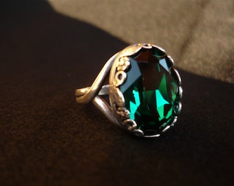 Antique ring with swarovski emerald green