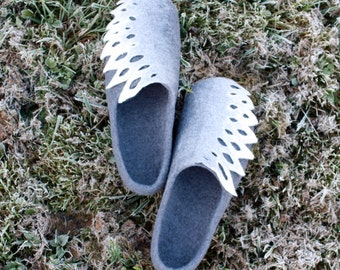 Women house shoes, felt wool clogs, Christmas gift, grey and white felted wool slippers, gift for her, felt slippers, grey white slippers