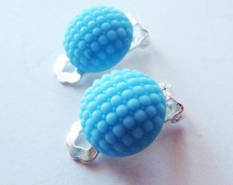 Baby blue earrings.  Blue bumpy earrings.  Vintage earrings. Blue clipon earrings. Unpierced earrings. Retro earrings. 50s earrings.
