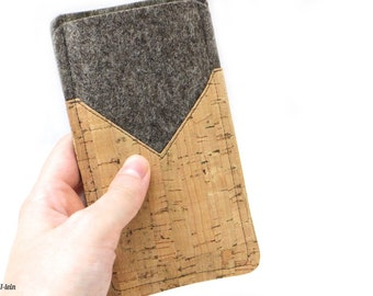 Phone case made of felt and cork