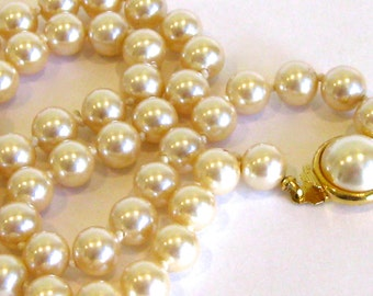 Vintage 60s Single Strand Faux Pearl Gold Glamour Girl Necklace