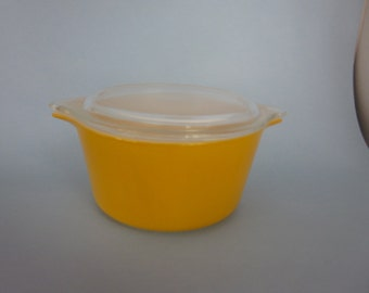 vintage Pyrex baker,  #473 1 quart deep casserole with cover, yellow gold