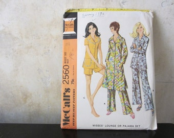 Size 18. 1970s sewing pattern / McCalls 2560 / misses' lounge or pajama set / buttoned front / bust 40