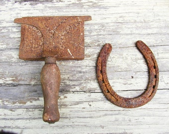 Cowboy Decor, Horse Curry Comb and Horse Shoe Western Theme Rusty Tack
