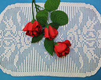 Lovely small exellently well done vintage 1950s handmade crochet twisted shimmering white cotton yarn tablet tablecloth with rose motive