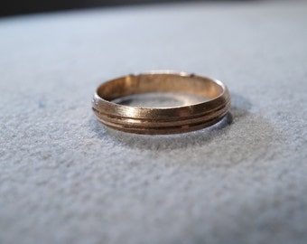 vintage sterling silver band style ring with gold overlay and two etched edges in the center, size 10   M