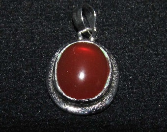 sterling silver gemstone pendant with a orange red oval shaped carnelian marked 925 (GP102)