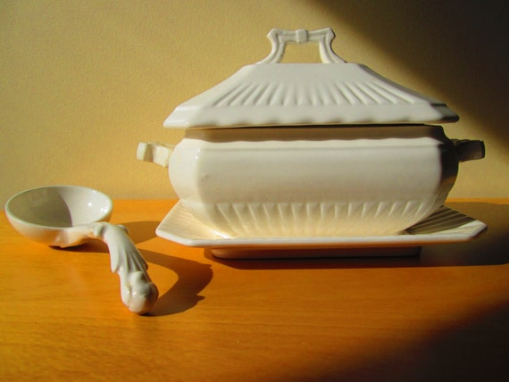 Vintage Soup Sauce Gravy Tureen With Ladle Ivory Table