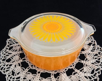 Vintage Pyrex Sunflower casserole with matching clear glass lid, pieces 472 and 470-C