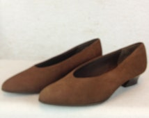 Vtg Naturalizers Ladies US Size 7 1/2  Great Vintage Condition Cocoa Brown Brushed Suede 1 1/2 inch Heels Low Pumps Retro Cool Shoes