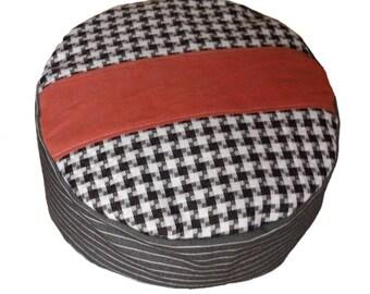 Meditation Cushion. Red stripe on black-witgeruite surface and fijngestreept grey side.