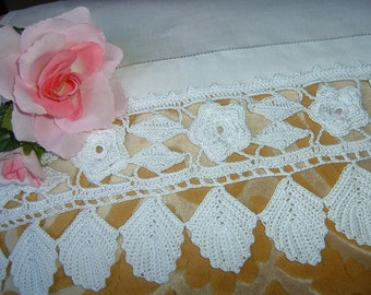Roses and leaves make up the lace for edging. Crochet edge in white cotton. Lace Italian tradition. To order.