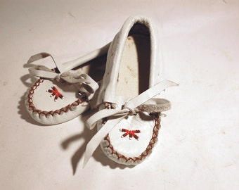 vintage beaded white leather child moccasins shoes marked size 4 hand made