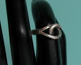 Interlocking Loop Sterling Silver Ring - size 6