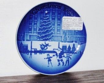 BING GRONDAHL porcelaine 1988 5» plaque Noël en bleu de Cobalt Amérique Rockefeller Center Bg blanc percé murale Danemark Excellent État