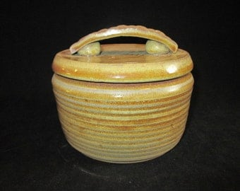 casserole in sandy tones, stoneware pottery, oven and dishwasher safe, bakeware