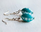 White Daisy Floral Pattern Turquoise Jewel Mod Earrings