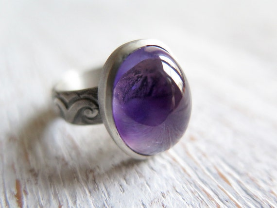 SALE - Amethyst ring. Sterling silver ring with natural Amethyst. Amethyst cabochon, flowers pattern band, lavender, gothic, purple ring.