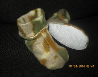Baby Boys size 2/3, Desert Camo Fleece Slippers Booties, Slip on Non Slip, Soft Warm Practical