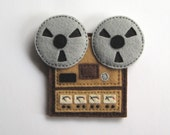 Hand sewn felt reel to reel tape recorder fridge magnet by Durlzy