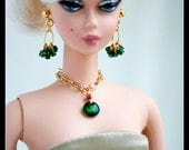 Shimmering emerald green pendant necklace on a fine gold chain. Set completes with matching earrings.
