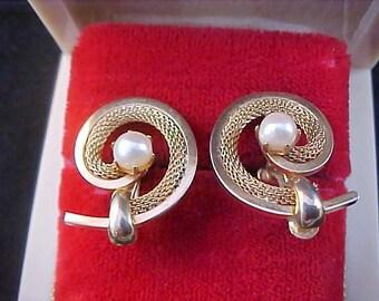Mesh~Simulated Pearl~Polished Gold Plate Screw Back Earrings