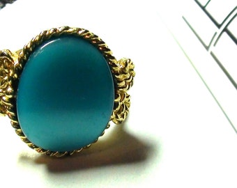 Vintage  Ring Queen in Blue   Ring open Size from 6 to 7 1/2 Gold finish Thermoset  on SaLe Now