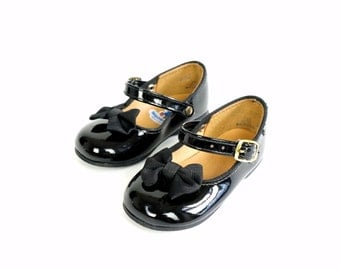 Step and Stride Childs Size 3.5 Black Patent Mary Janes 70s / Buckle Strap, Bow Accent