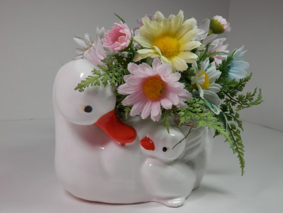 Vtg White Ceramic Duck & Duckling Silk Daisy Flower Centerpiece Pastel Yellow Pink Blue Table Dresser Baby Room Nursery New Mom Gift