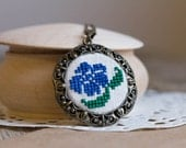 Vintage style necklace - Blue flower - silk embroidery - n060