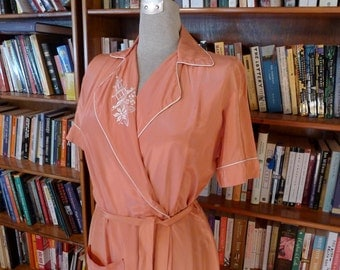GLAMOUR GIRL--Gorgeous 1940s Ladies Short Sleeved Silky Rayon Dressing Gown or Robe in Glowing Pink--M