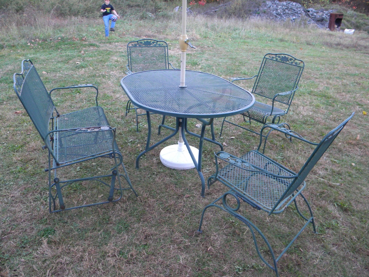5 pc vintage 1970s wrought iron mesh metal outdoor rose for Patio table chair sets