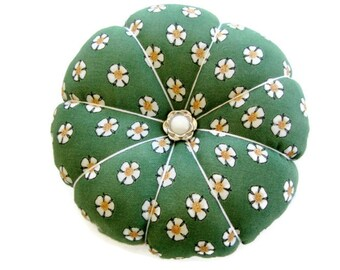 Pincushion, Flower Pincushion, Round Fabric Pin Cushion, Daisy Pincushion, Decorative Pins, Handcrafted Pincushion