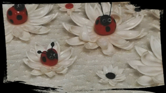 24 Edible DAISY DAISIES and 16 Ladybugs / gum paste / fondant
