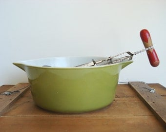Vintage  Pyrex Large Avocado Green 2.5 Quart Mixing Bowl Casserole Bottom