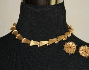 Vintage 1970s Gold Tone Unmarked Cone Shaped Link Choker Necklace And Clip On Earrings Set