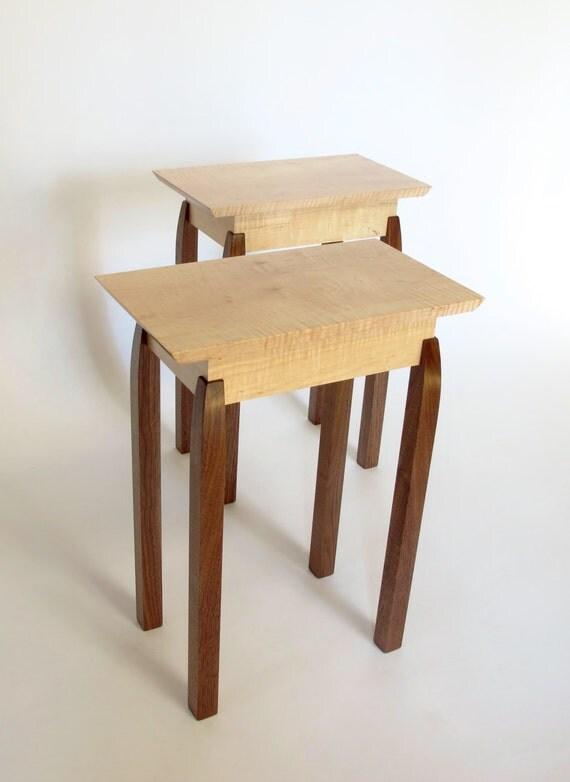 Tabelle di estremità: Coppia di piccoli tavoli di legno /