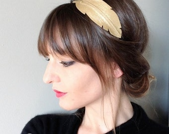 """""""Feather"""" head-band mounted on elastic leather"""