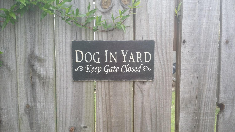 dog in yard keep gate closed sign gate sign dog by gagirldesigns. Black Bedroom Furniture Sets. Home Design Ideas
