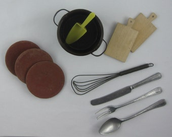 Old dolls dishes cutlery accessories ragbag. 11 pieces made of metal / wood / plastic / clay. Height pot about 3.2 cm. VINTAGE